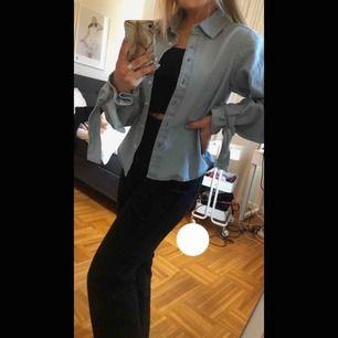 jeans skjorta med knytning vid ärmarna, knappt använd och sälj därför, väldigt bra skick å köparen står för frakt💕