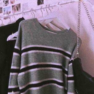 säljer denna stickade tröjan från hm. använd 1-2 ggr så i nyskick. säljer pga inte min stil. storleken är L men den passar bra på mig som är S.💓 köpare betalar frakten 💖