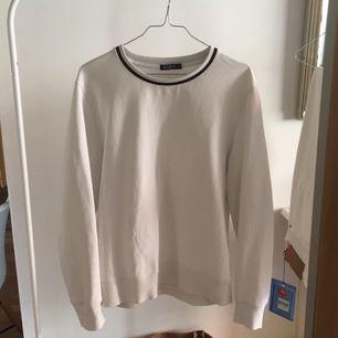 Riktigt najs tiger of Sweden sweatshirt att bara ha i garderoben. Den är väll använd och därav lite urtvättad men fortfarande i bra skick. Storleken är S men skulle säga att det är en mindre S.Fraktar på köparens bekostnad för 59kr (Blåa Postnord paket)!