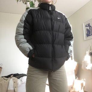 Puffer från Nike i pojkstorlek men som passar en storlek XS - M. Stor nikelogga på ryggen. En favorit!