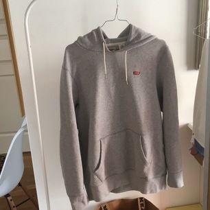 Säljer en klassisk Levis hoodie, den är i bra skick och har använts ganska månget men har ingen användning för den längre. Den är true to size (s) och är ett stabilt jäkla plagg. Skickar på köparens bekostnad 79kr (Blåa Postnord paket)