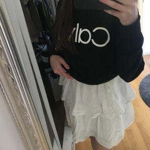 En väldigt fin kjol från gina tricot ändast använd 2 - 3 gånger. Om du har frågor så skriv till mig så svarar jag så fort jag kan (köparen står för frakt) köpt för 300 eller 350 minns inte riktigt. Budpris 200kr