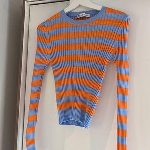 Säljer min blå/orange randiga tröja från Zara. Storlek L men passar allt från S-XL då den är väldigt stretchiga!!