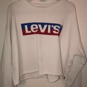 Levis tröja aldrig använd, köpte den drog av lappen sen aldrig använt, så jätte fint skick. Inte jätte tjockt material men inte för tunt heller🌸 köpt på emporia i Malmö