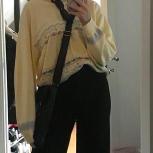 Skitfet vintage sweatshirt/stickad tröja köpt second hand!!🌼💛