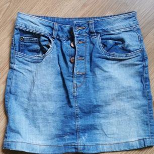 Jättesnygg jeanskjol säljer pga kom aldrig till användning. Bra kvalitet storlek S