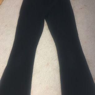 Säljer ett par svarta bootcut leggings i strl 152/158