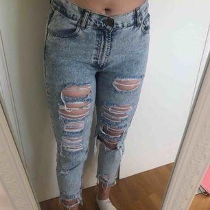 Snygga mom jeans med slitage. Små i storleken och sitter mer som storlek 38. Frakt ingår i priset.
