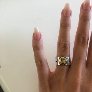 Supercool smiley ring finns i både guld och silver🤍