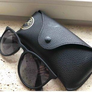 Säljer mina rayban solglasögon, som endast använts fåtal gånger i modellen Erika Classic. Ett fodral och en oöppnad rengöringsduk medföljer, självklart äkta! Ordinarie pris: 1000kr  Köparen står för frakten.