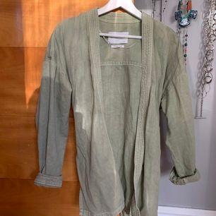 Jeans/linne jacka från Zara i strl M, knappt använd -  mötes i Sthlm innerstad/söder ut annars står du för frakt