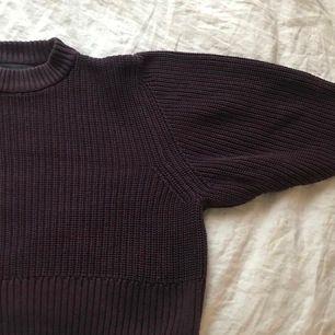 """Stickad tröja med """"puffiga"""" ärmar från Monki. Den e mer cropped än andra tröjor och den sitter skitsnyggt på. En frakt på 66kr tillkommer💞"""