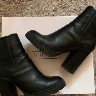 Högklackade boots från Nelly i stl 38. Använda 2ggr   Nypris: 599kr & säljes för 250kr