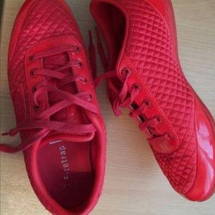 Röda firetrap skor.                                                         Köpta i London för 1000 kr. Använda 1 gång pågrund av att dem är för små. Storlek 38 (UK 5)