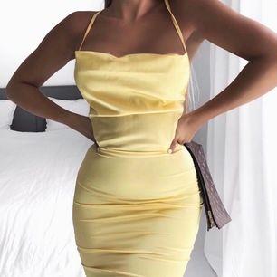 OBS lånade bilder. Säljer den fina gula klänningen på bilden! Bild nummer 2 och 3 är samma klänning fast i en annan färg, där ser ni hur lång klänningen är samt den fina snörningen i ryggen. Klänningen är i storlek S, prislapp är kvar. 250kr inkl frakt!