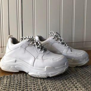 Ett par vita Chunky sneakers från NLY shoes i storlek 40. Använda ett fåtal gånger & i mycket bra skick!  Nypris: 399kr Passform: Normal