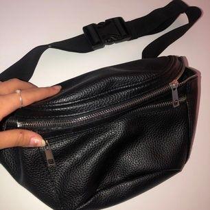 En svart väska som är använd fåtal gånger❤️
