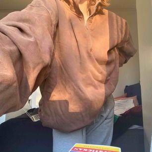 Säljer en oversized brun collegetröja p g a att jag inte har användning för den! 🌸🌸🌸 fler bilder skickas vid intresse