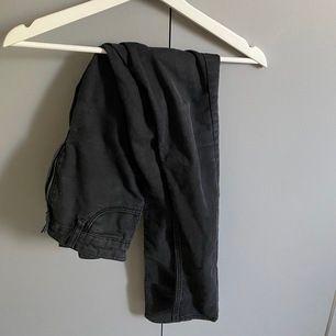 svarta jeans som är ett måste i garderoben, kommer tyvärr inte till användning då de är för långa 🧚🏼♀️ betalning via swish, frakt tillkommer ☁️