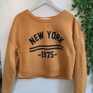 Asfet gul sweater från Fashion Express⚡️⚡️ Storlek M. Lite kortare modell. Väldigt bra skick, dock lite nopprig, därför bara 40kr + frakt!! Tveka inte att höra av dig!<33