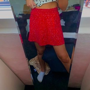 Söt röd prickig kjol till sommaren
