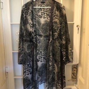 """See through """"kimono"""" som går att variera som klänning eller kofta. Storlek 46/48 men jag har använt den oversize (har vanligtvis 40/42) PERFEKT sommarplagg – sval och lite härligt boho."""