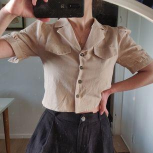 Oanvänd lagom kort skjorta från Na-kd, fin men passade inte riktigt mig. Kan mötas i Stockholm eller frakta (köparen står för frakt).