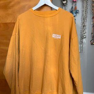 Oversized Senapsgul sweater från Float Apparel - toppenskick! Mötes i Sthlm innerstad/söder ut annars står du för frakt!