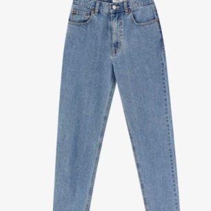 Superfina mom jeans från pull & bear. Säljer då de aldrig har använts. Köparen står för frakten:)