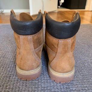 Knappt använda Timberlands strl 38/39! Skosnören användes till andra skor, säljs därav utan. Mötes i Sthlm innerstad/söder ut annars står du för frakt!