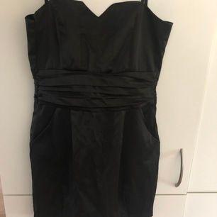 Svart klänning i storlek 34