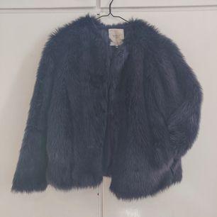 Jacka i mörkblå fakepäls från Zara. Storlek L men är skitsnygg som oversizey. Köpare står för frakt. ✨