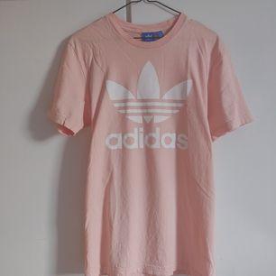 Adidas t-shirt i ljusrosa färg. Knappt använd. Litet hål i sidan längst ner (bild 3). Köpare står för frakt. ✨