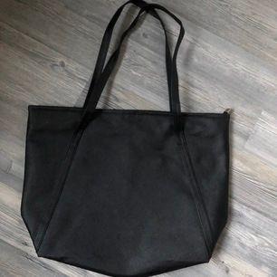 Stor väska i tunt material, aldrig använd