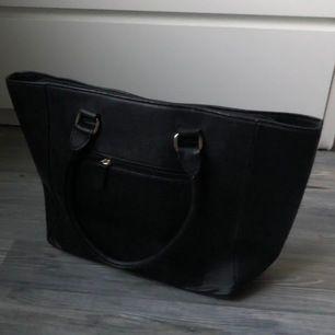 Stor väska i tjockare material, bra kvalite. Använd fåtal gånger