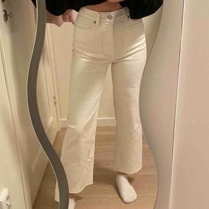 Helt nya vita jeans som jag använde endast en gång🖤Jag är 166cm