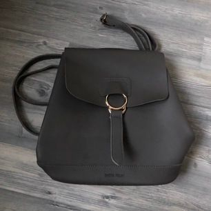 Snygg ryggsäck köpt på Kreta, använt den två gånger. Nypris 240 kr