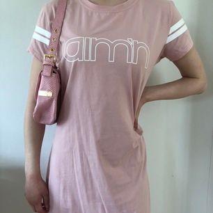 Oanvänd t-shirt klänning från Aim'n i superskönt material!