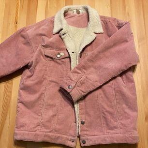 Monki jacka i fin vår färg. Storlek S dock är den oversize. Jackan är i nytt skick. Säljer den för den är lite för stor för mig. Frakt kostnad 35kr