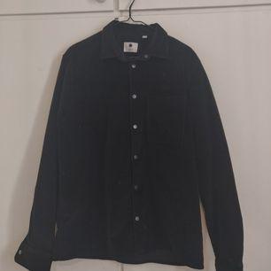 Svart manchester jacka/skjorta från märket NN07 (No Nationality). Storlek L, jag som vanligtvis har M har använt den som oversize. En knapp saknas högst upp, syns på bild 2, inget som märks om man har jackan öppen. Köpare står för frakt. ✨