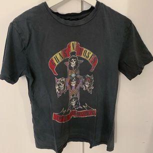 Guns n roses tisha. Använd mycket men är trots det i super skick!! Cool och snygg tröja i storlek S. Passar även xs🤍🖤 Eventuell fraktkostnad tillkommer 🤎 buda gärna