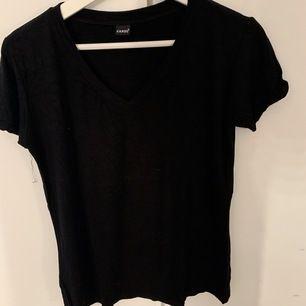 Vanlig svart T-shirt i storlek S, passar även xs! Skönt, loose material med en v-ringning upptill. Najs & billig T-shirt helt enkelt!  Eventuell fraktkostnad tillkommer 🖤