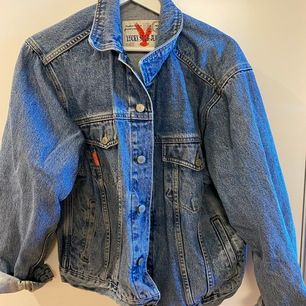 Jeansjacka i oversize modell. Använd fåtal gånger och är bra skick. Frakt ingår i priset