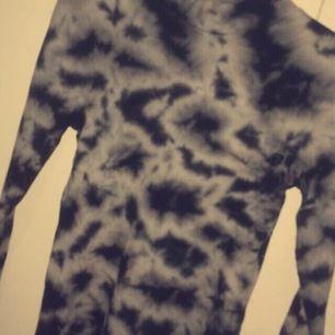 Jag säljer en helt ny tröja som är i storleken S endast testad en gång men nu säljer jag den då den inte kommer till användning ☺️ Frakt tillkommer💕 kan skicka mer bilder de ba o fråga