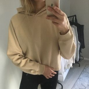 Beige croppad hoodie från butiken new yorker