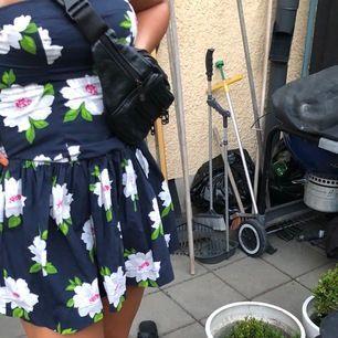 Blå och blommig Abercrombie & Fitch klänning