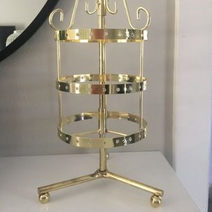 Guldigt smyckesställ med bra förvaring för smycken. Jätte fin som dekoration