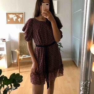 Superskön klänning som är skitsnygg att ha en stickad över. Lite osäker var den är i från men tror den är från indiska