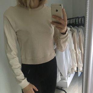Beige croppad tröja ifrån Pamela X NAKD