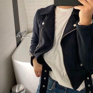 Jättefin mörkblå bikerjacka i kortare modell och i mockaimitation. Köpt på Zara för något år sedan för 600 eller 700, minns inte. Jättebra skick